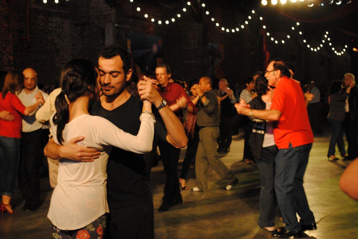 """Un couple de danseurs à la """"Milonga del Puerto"""". Crédit Katel Andréani"""