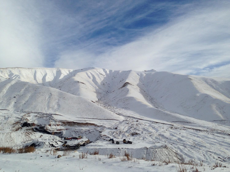 Une des zones d'excavation de la mine de Kara-Keché, au milieu des montagnes enneigées, vue depuis le col de Kalmak-Achuu - Crédit : Anatole Douaud