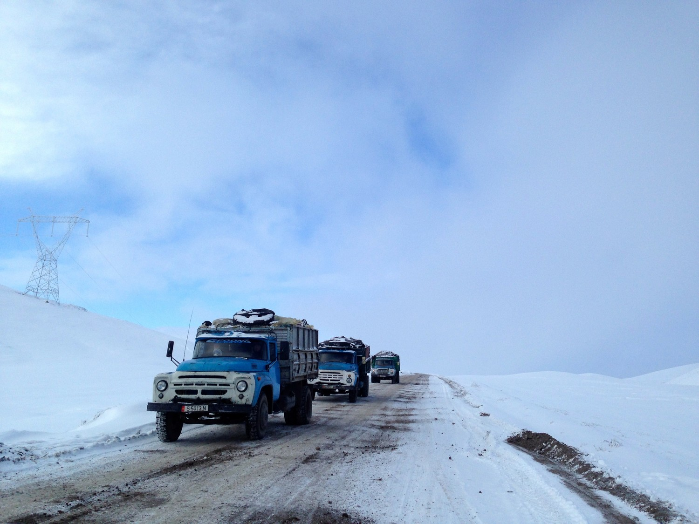 Les camions chargés du charbon de Kara-Keché entament la descente périlleuse du col de Kizart à 2664m d'altitude, sur une route gelée entre neige et nuages - Crédit : Anatole Douaud