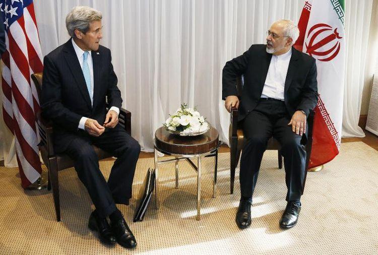 Le ministre iranien des Affaires étrangères Mohammad Javad Zarif (à droite) et le secrétaire d'État américain John Kerry, Genève le 14 janvier 2015 - Crédit Rick Wilking / AFP
