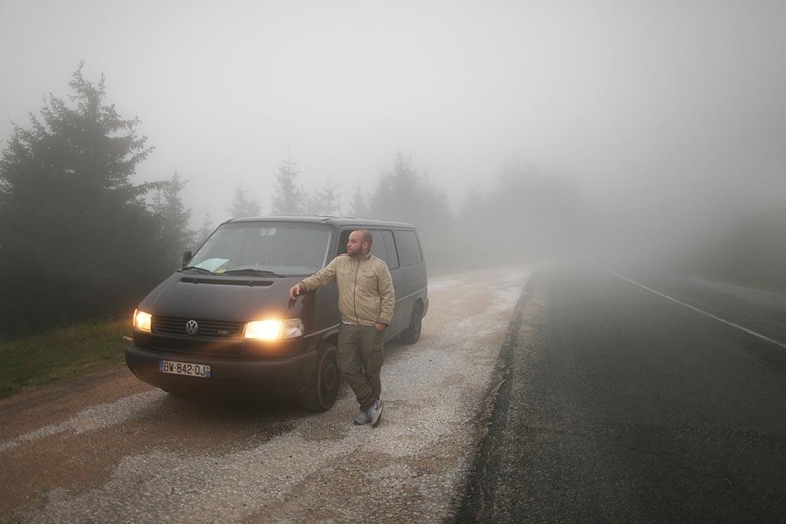 Kares Le Roy et son van en Bulgarie à la frontière de l'Orient, mai 2014. Crédit Simon Grosset