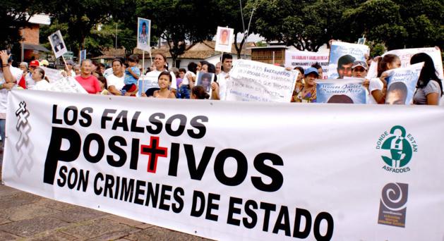 Manifestação exigindo justiça para os falsos positivos. Crédito: boletinesdeprensacompromiso.blogspot.com
