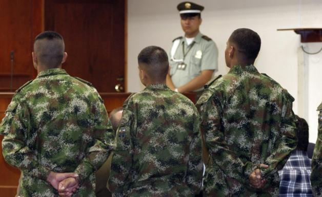 Militares interrogados no tribunal. Crédito: cablenot.com