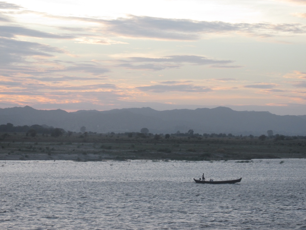 Coucher de soleil sur la rivière Irrawaddy. Crédit : Gemma Kentish