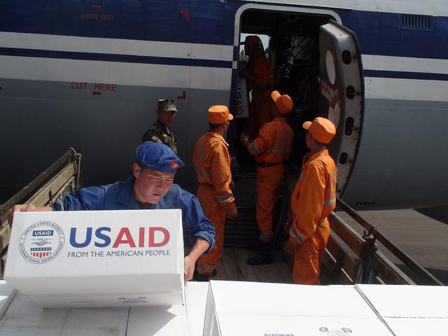L'assistance américaine dans le secteur de l'économie et de l'infrastructure. Ici: aide matérielle pendant les violences de juin 2010. Crédit USAID