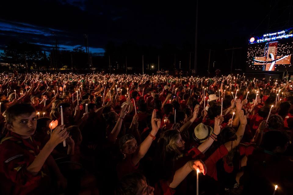 Célébration durant un rassemblement scout. Crédit LaToileScoute
