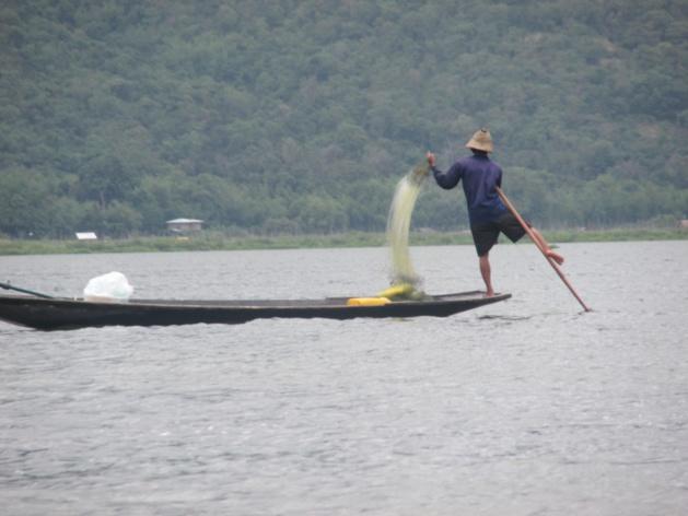 Pescador de apenas uma perna no lago  Inle. Crédito : Gemma Kentish