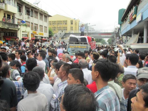 Una manifestación prodemocrática en Yangon. Crédito: Gemma Kentish