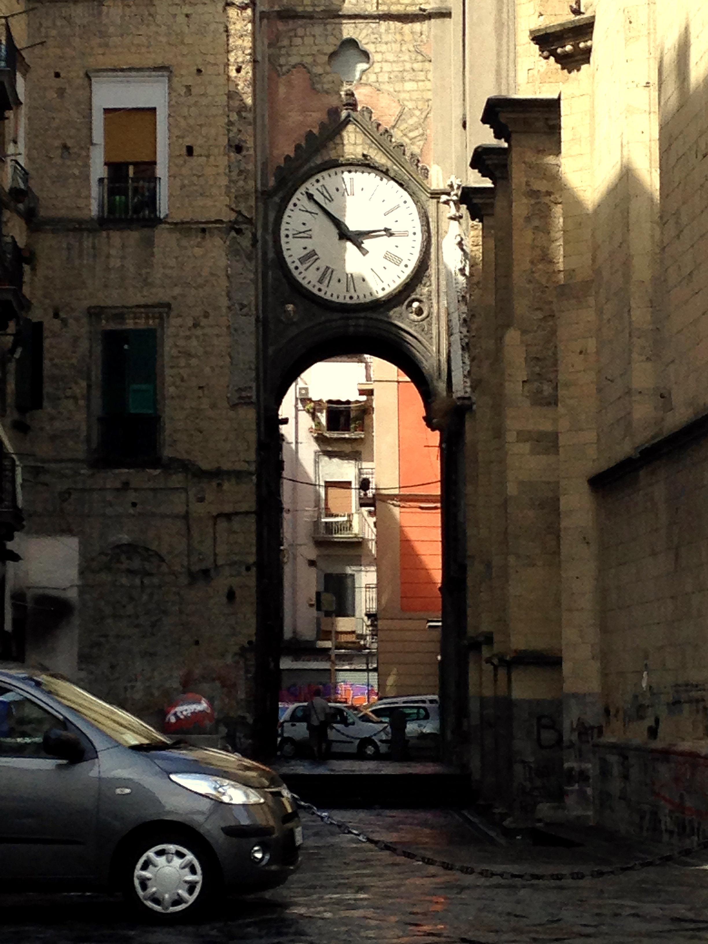 Une horloge ancienne en plein coeur de Naples - Crédit Nelly Gabriel