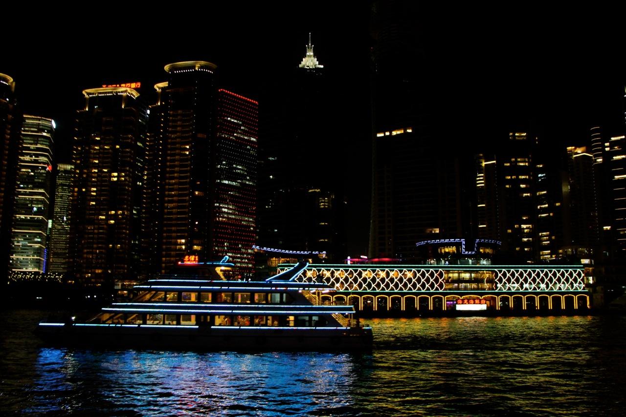 Petits bateaux touristiques sur la Huangpu Jiang (la « rivière jaune » de Shanghai) - Crédit Eugénie Rousak
