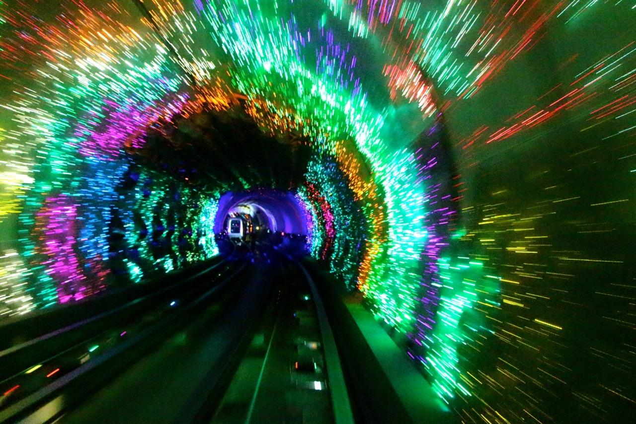 Passage dans le tunnel touristique futuriste du Bund - Crédit Eugénie Rousak