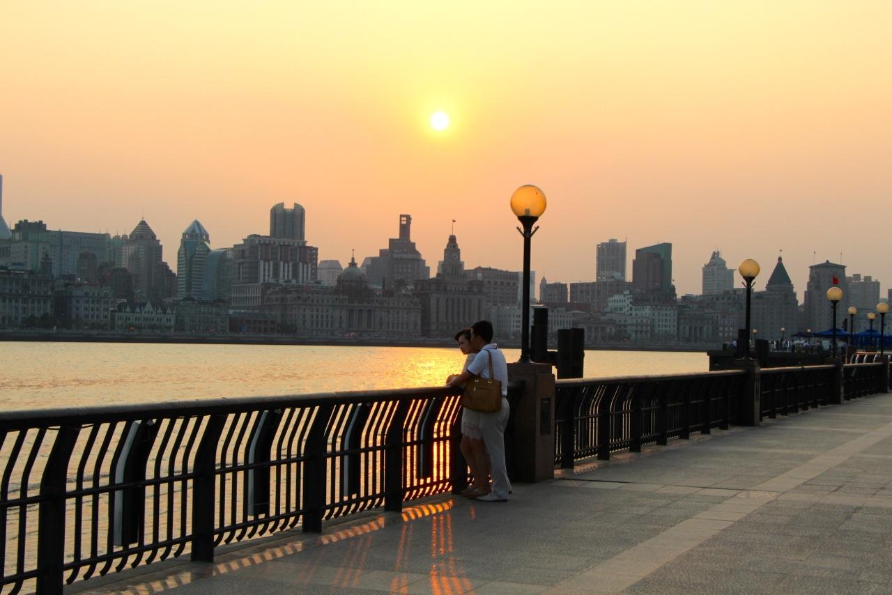 Promenade du bord de la  Huangpu Jiang (la « rivière jaune » de Shanghai) au coucher de soleil et vue sur le Bund- Crédit Eugénie Rousak