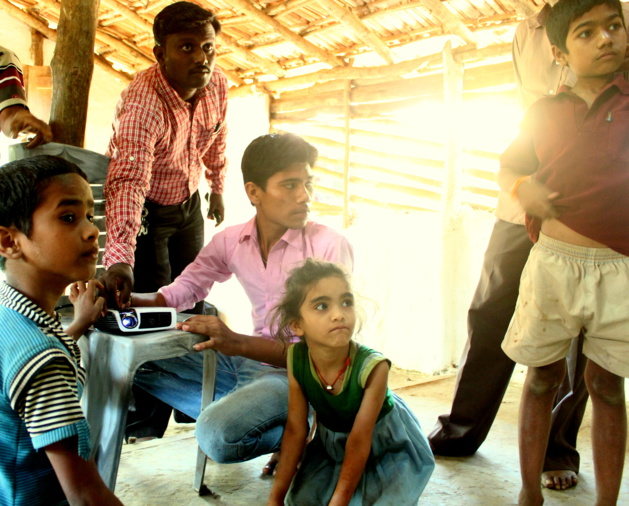 Retroproyector que funciona gracias a la energía solar en una escuela en la zona rural donde el acceso a la electricidad es difícil. Créditos Selco India