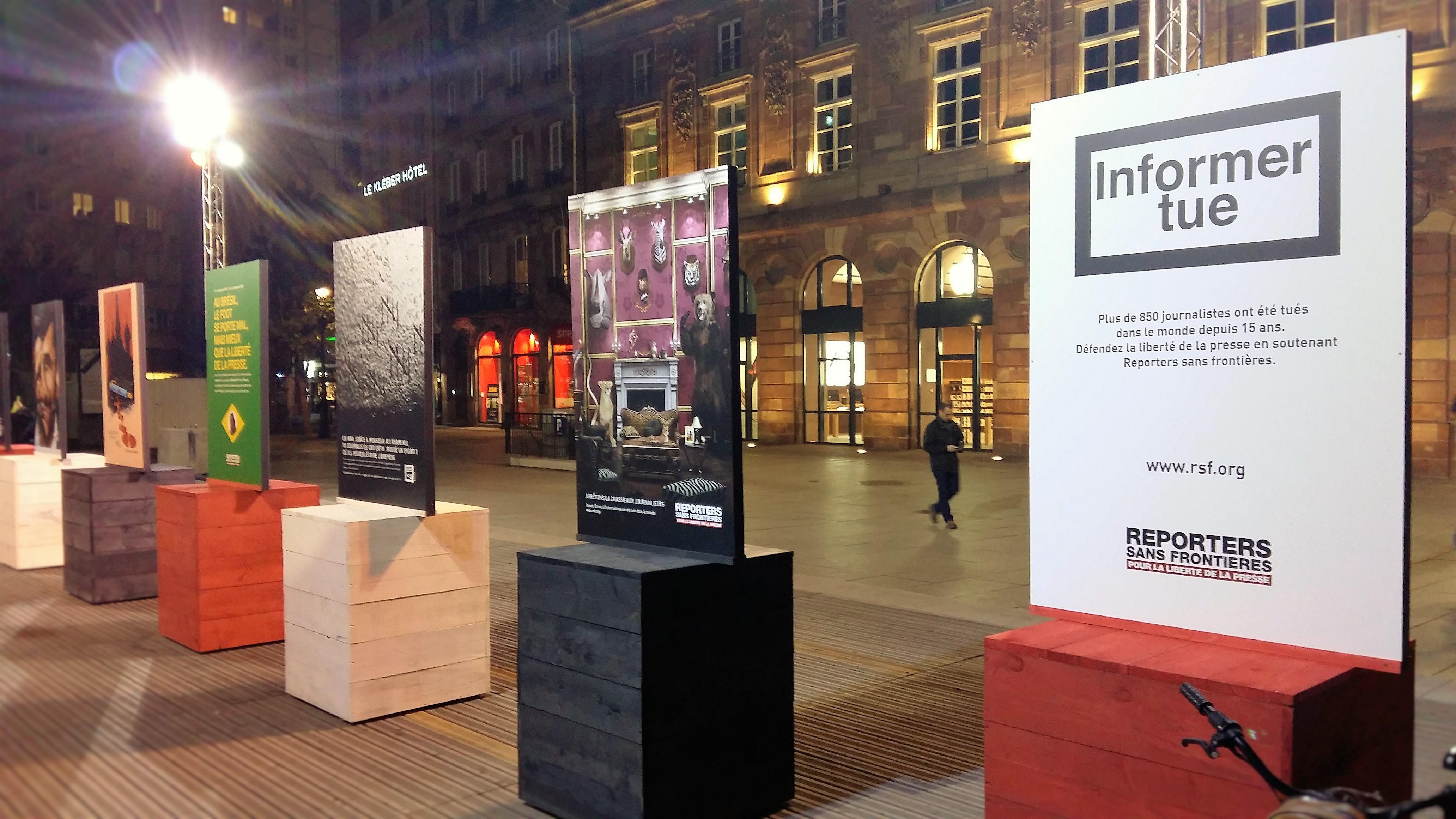 Exposition place Kleber à Strasbourg d'affiches RSF - Crédit Jean-Baptiste Roncari