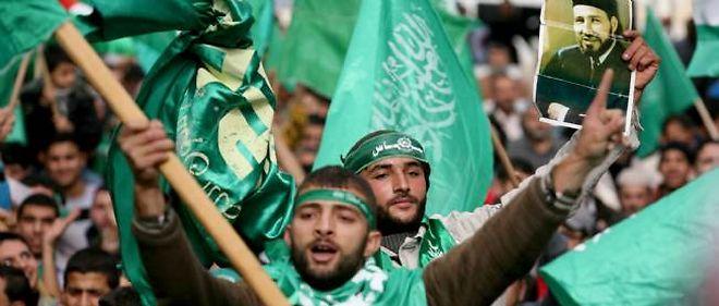 Des militants du Hamas palestinien brandissant un portrait d'Hassan el-Banna, fondateur des Frères musulmans, le 14 décembre 2012 - Crédit AFP/Saif Dahlah
