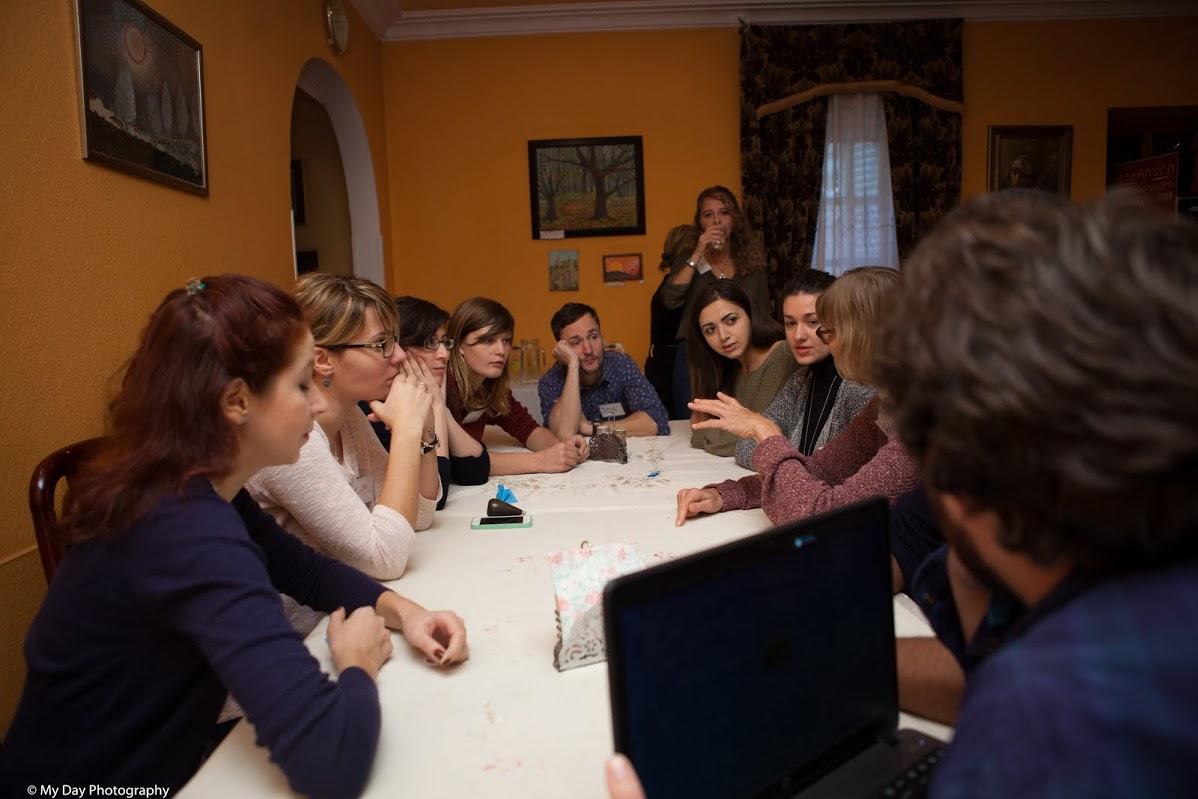 Lors d'une séance de travail en groupe, toutes les nationalités sont mélangées pour réfléchir sur le sujet – Crédit Nicat Xudiyev