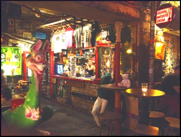 A Budapest, l'ultima moda degli studenti: i bar nelle rovine