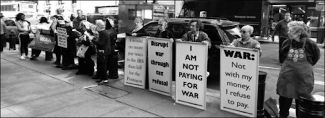 « Je ne paye pas pour la guerre » « Guerre : pas avec mon argent, je refuse de payer » Action pour l'édition 2015 des GDAMS, New-York, Etats-Unis. Crédits : IPB