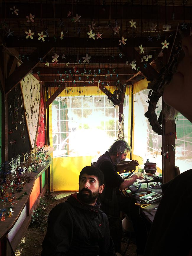 Mustafa, un auto-stoppeur, dans l'atelier d'un souffleur de verre. Crédit : Chloé Marchal