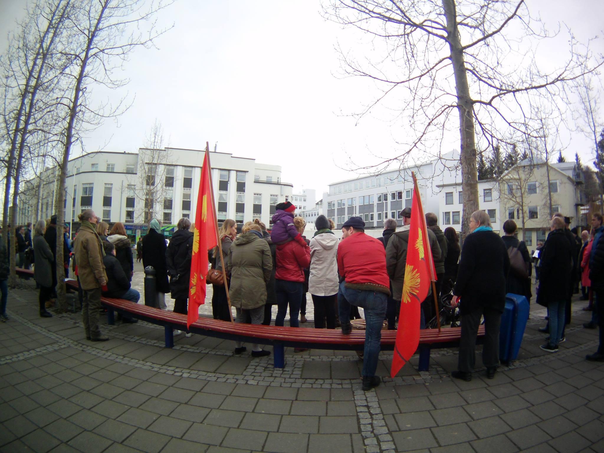 Des manifestants à Akureyri, au nord de l'Islande, le 6 avril 2016. Crédit : Solveig Veyssiere