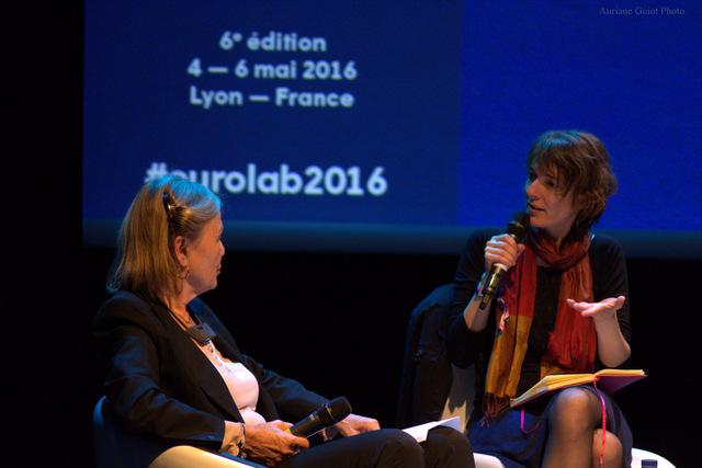 Annegret Falter, la présidente de Whistleblower-Netzwerk, débat avec la journaliste française Annaëlle Guitton pendant la conférence « lanceurs d'alertes et nouvelles formes de militantisme ». Crédit Auriane Guiot.
