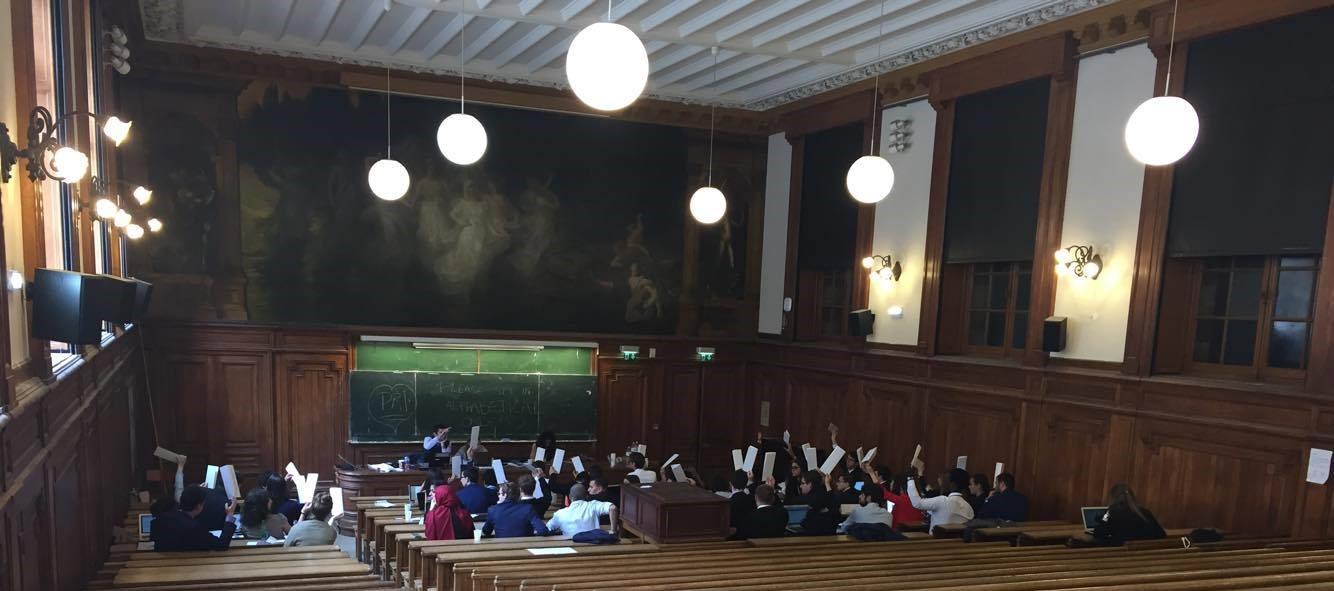 Les délégués lèvent leurs panonceaux pour voter une motion dans le DISEC - Crédit Marine Mulcey