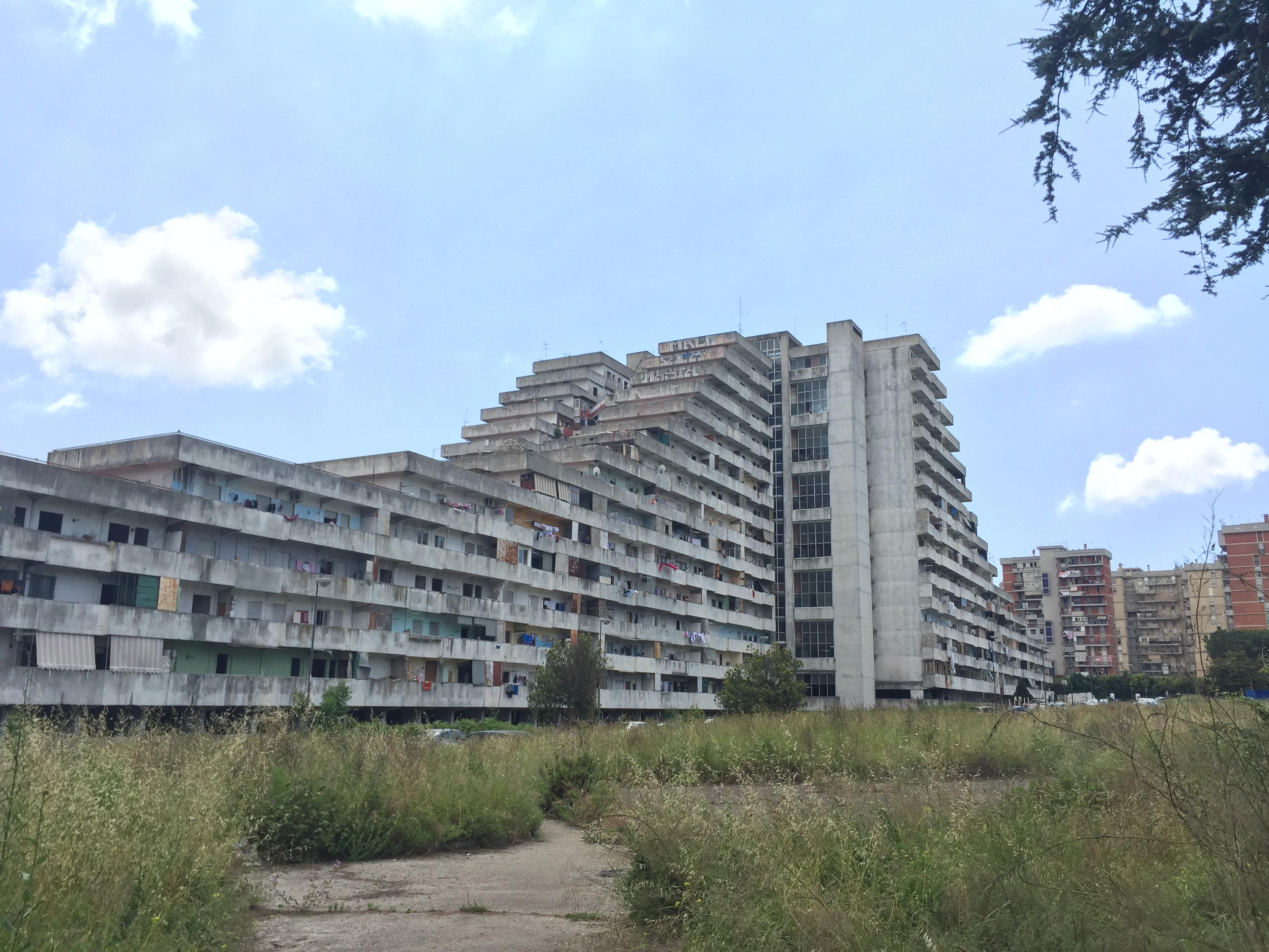 Les « vele », logements sociaux typiques de Scampia. Crédit Jules Coussement