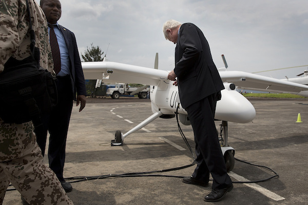 Hervé Ladsous inspecte un véhicule aérien sans pilote. Crédits : Sylvain Liechti (MONUSCO)